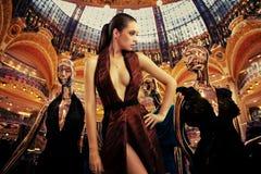 guld- posera well kvinna för klädda dummys Royaltyfria Foton