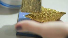Guld- potal för Grunge Folie på den arkitektoniska detaljen Cracelures bitumenfernissa stock video