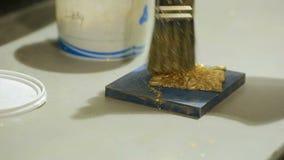 Guld- potal för Grunge Folie på den arkitektoniska detaljen Cracelures bitumenfernissa arkivfilmer