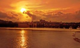 guld- prague solnedgång Arkivbilder