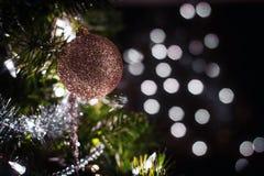 Guld- prydnad för flott jul arkivfoto