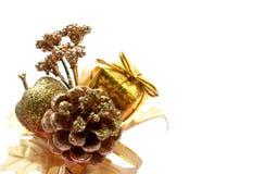 guld- prydnadar för jul arkivfoto