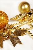 guld- prydnadar för jul Royaltyfria Bilder