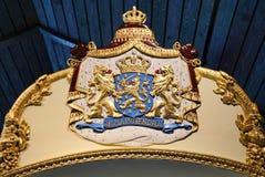 Guld- prydnader på ett kungligt fartyg arkivbild
