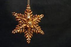 guld- prydnadstjärna för jul Arkivbild