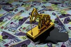 Guld- Pumpjack och spilld olja över den Förenade Arabemiraten dirhamen Arkivfoton