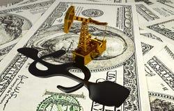 Guld- Pumpjack och spilld olja på pengarna Royaltyfri Bild