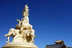Guld- Puxian Buddha på MT Emei Arkivfoton