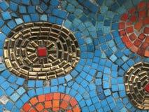 Guld-, röda, orange och blåa stycken av den fyrkantiga tegelplattan som skapas som att förbluffa modellen fotografering för bildbyråer