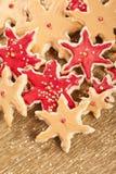 guld- röda stjärnor för julkakor arkivbilder