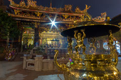 Guld- rökelsegasbrännare på den Longshan templet i Taipei Royaltyfri Bild