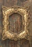 Guld- ram för tappning på träbakgrund Grunge textur Royaltyfri Bild