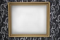 Guld- ram med en vit bakgrund på väggen med mörk wallpap Royaltyfri Fotografi