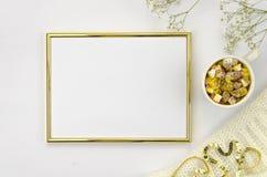 Guld- ram med kopp- och marshmallowvit och guld- färger Lekmanna- åtlöje för lägenhet upp Fotografering för Bildbyråer
