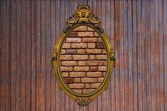 Guld- ram på den gamla träväggen Fotografering för Bildbyråer