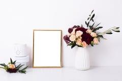 Guld- rammodell på den vita väggen arkivbild