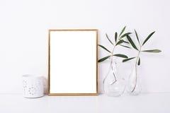 Guld- rammodell på den vita väggen royaltyfri fotografi