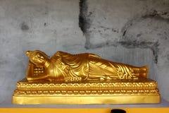 Guld- Reclining Buddha royaltyfri bild