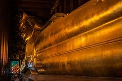 Guld- reclining buddha Arkivfoton