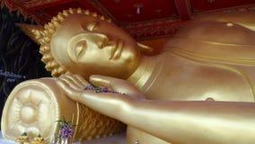 Guld- reclining buddha Arkivbilder