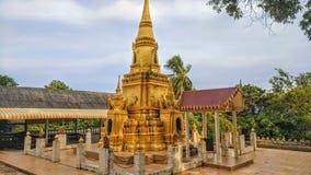 Guld- relikskrin av en buddistisk tempel arkivfoton