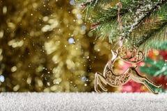 Guld- ren för jul Fallande snö, vinterplats Ställe för Arkivbilder
