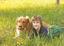 guld- retriever för pojke Royaltyfria Bilder