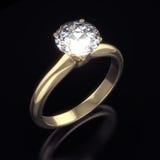 Guld- ringa med den stora glänsande diamanten Arkivbild