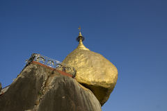 guld- rock för kyaiktiyomyanmar pagoda Royaltyfri Fotografi
