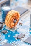 Guld- rulle monterat bräde för elektronisk strömkrets, Arkivfoto