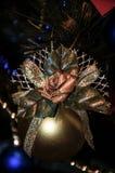 Guld- rund boll på bakgrunden av julgranen royaltyfria bilder