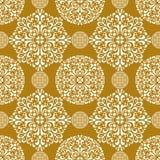 Guld- sömlös bakgrundsmodell för snöflinga Royaltyfri Fotografi