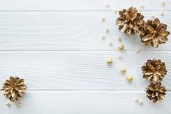 Guld- sörja kottar med guld- och beigea pärlor på vit träta royaltyfri bild