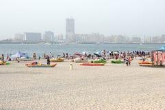 Guld- sand på den offentliga stadsstranden av Dubai Royaltyfri Bild