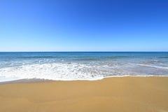 Guld- sandig strand Arkivfoton