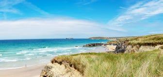 Guld- sandig strand på Gwithian royaltyfria foton