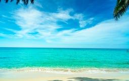 Guld- sandstrand vid havet med vatten för grönt hav för smaragd och blåa vita moln för himmel och Sommarsemester på tropiskt para arkivfoto