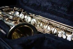 Guld- saxofon i dess fall royaltyfria bilder