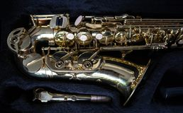 Guld- saxofon i dess fall arkivfoton