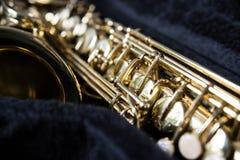 Guld- saxofon i dess fall royaltyfri fotografi