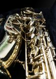 Guld- saxofon i dess fall arkivbild