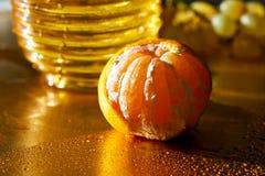 guld- scale Begreppet av törstat och hunger Ny mandarin och ett handlag av vatten royaltyfri fotografi