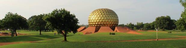 Guld- sfär av Auroville, Indien royaltyfria bilder