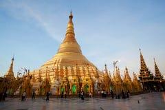 Guld- Shwedagon pagod i Yangon, Myanmar Arkivfoton