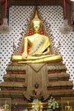 Guld- sittande buddha i watarun, Bangkok, Thaïland Royaltyfria Bilder
