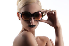 guld- skjuten solglasögon för blond modeflicka Fotografering för Bildbyråer