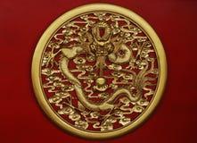 guld- skulptur för drake Arkivbilder