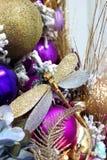 Guld- sländajulgran med färgrika garneringar och gåvor i den dekorativa inre för ferien arkivfoton