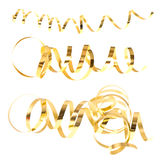 Guld- slingras banderoller som isoleras på white Arkivfoton