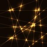 Guld- slumpmässiga laserstrålar på mörk bakgrund Arkivfoto